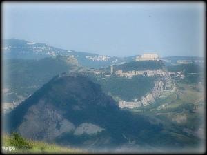 Vista di Maioletto, con San Leo e Verucchio.